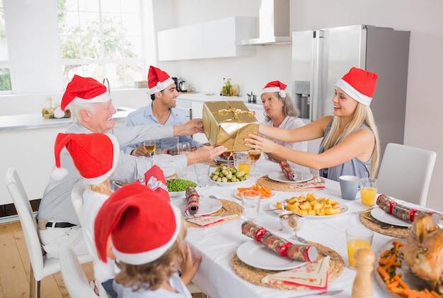 Festliche familie, die geschenke austauscht