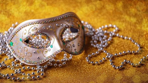 Festliche, farbenfrohe karneval- oder karnevalsmaske und perlen. venezianische masken. venezianisches karneval-feierkonzept.