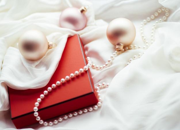 Festliche feiertagsdekorationen und geschenke weihnachtszeitatmosphäre herum