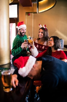 Festliche freunde, die bier und cocktail trinken