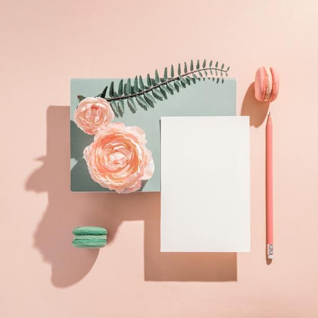 Festliche geometrische modellkomposition für grußeinladung, grußkarte mit blumen in den pastellfarben