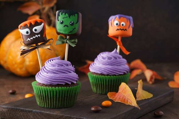 Festliche halloween cupcakes mit lustigen marshmallows dekoriert