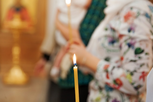 Festliche innenausstattung mit brennenden kerzen und ikone in der traditionellen orthodoxen kirche
