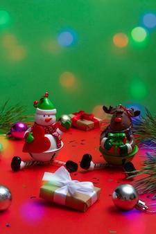 Festliche karte mit kopienraum mit weihnachtselementen auf farbigem hintergrund. festlicher bokeh-hintergrund