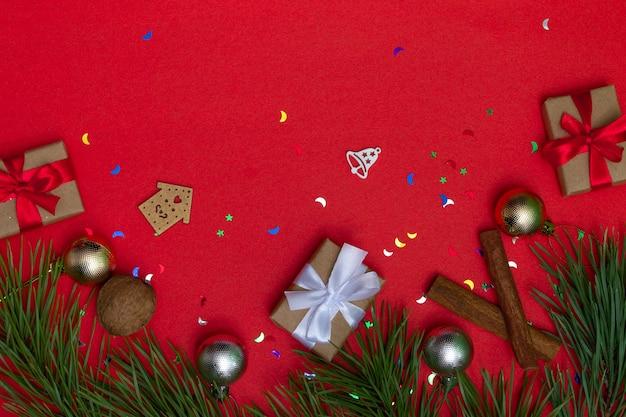 Festliche karte mit kopienraum mit weihnachtselementen auf farbigem hintergrund. weihnachtsverpackung, hintergrund.