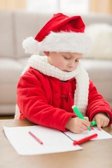 Festliche kleine jungen, die bilder zeichnen