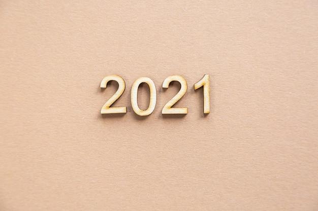 Festliche komposition aus holz 2021 auf beigem hintergrund
