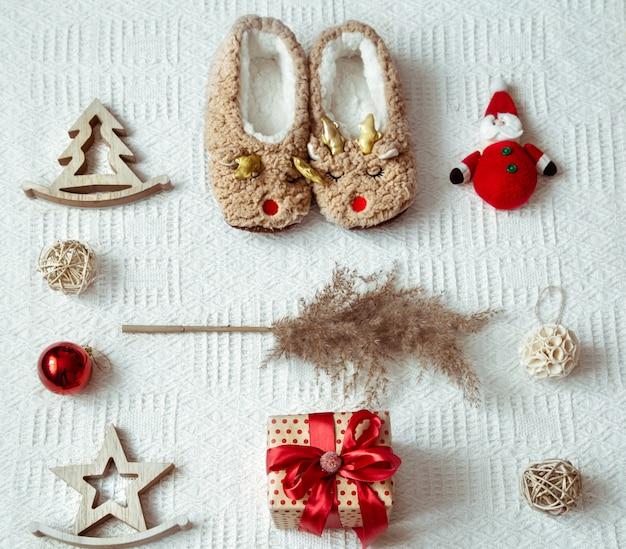 Festliche komposition mit weihnachtselementen und ornamenten