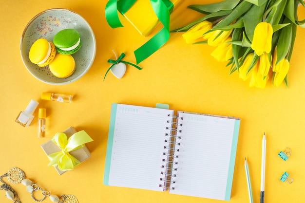 Festliche komposition: schachteln mit geschenken, bändern, blumen, schmuck und notizbuch aus papier, draufsicht mit kopierraum