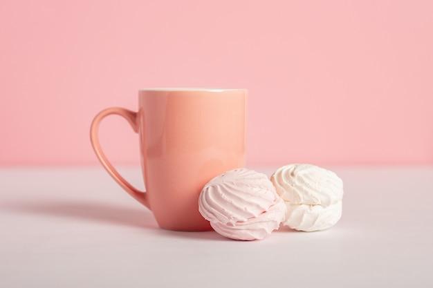 Festliche komposition zum valentinstag. becher und süßigkeiten auf einem rosa hintergrund. banner.
