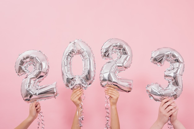 Festliche luftballons aus den zahlen auf rosa hintergrund