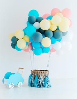 Festliche luftballons mit korb