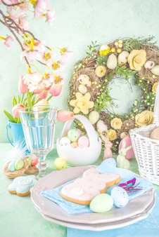 Festliche ostertischdekoration mit traditionellen frühlingsblumen