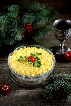 Festliche salat-mimose mit fischkartoffeln, käsekarotten und eiern aus der dose