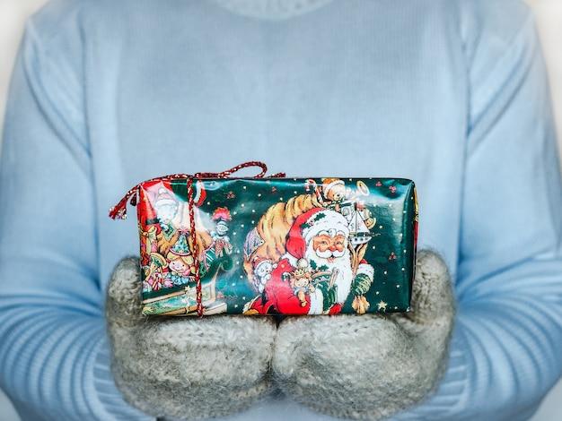 Festliche schachteln mit neujahrs- und weihnachtsmustern