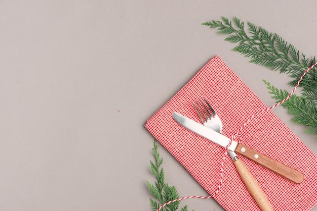 Festliche tischdekoration für weihnachtsessen mit kopienraum