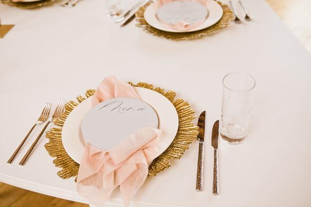 Festliche tischdekoration. hochzeitsdekor, blumen, rosa und goldenes dekor, kerzen