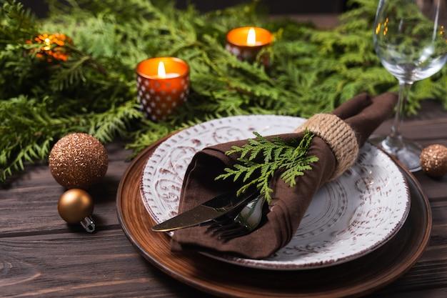 Festliche tischdekoration mit winterdekor weihnachten oder neujahr urlaub hintergrund