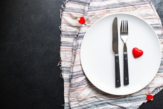 Festliche tischdekoration platte, gabel, messer, valentinstag