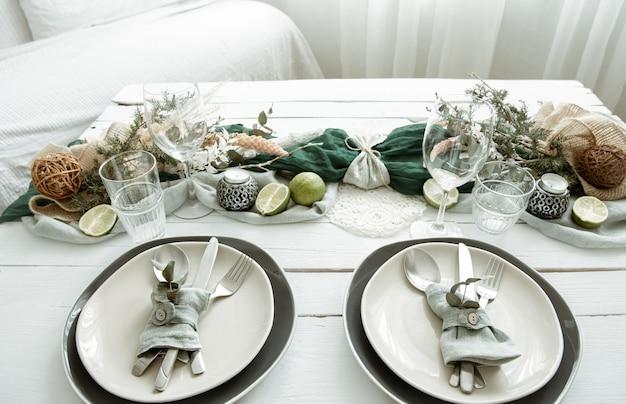 Festliche tischdekoration zu hause mit skandinavischen dekorativen details hautnah