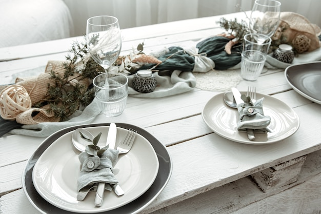 Festliche tischdekoration zu hause mit skandinavischen dekorativen details hautnah.