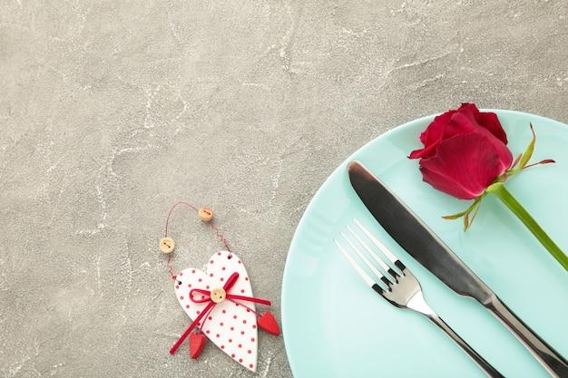 Festliche tischdekoration zum valentinstag auf grau