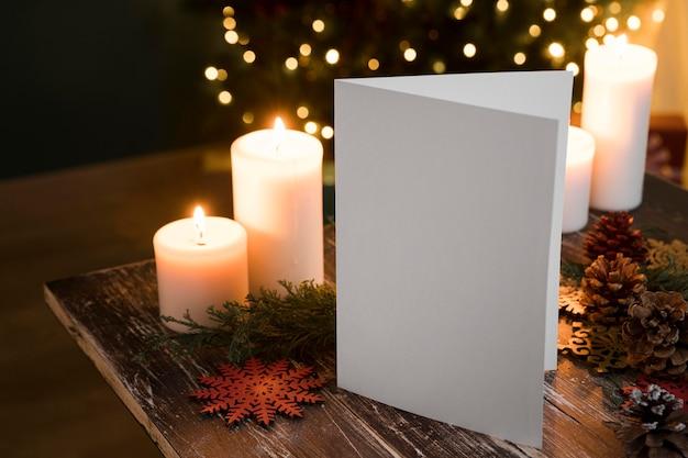 Festliche weihnachtsanordnung mit lichtern