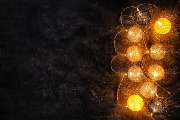 Festliche weihnachtsbeleuchtung auf dunklem hintergrund