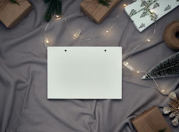 Festliche weihnachtselementanordnung mit leerer karte
