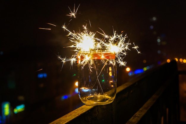 Festliche weihnachtsfeuerwerke in der nacht