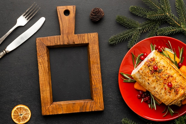 Festliche weihnachtsgeschirranordnung mit tafel