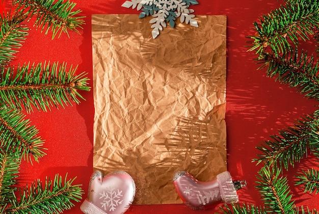 Festliche weihnachtskarte mit tannenzweigen und festlichen dekorationen