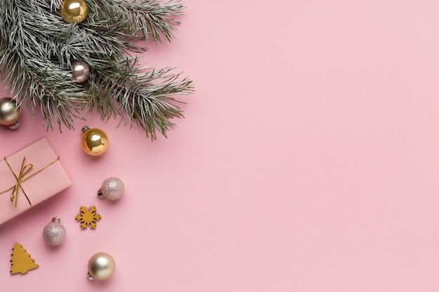 Festliche weihnachtsschmuck-anordnung der draufsicht mit kopienraum