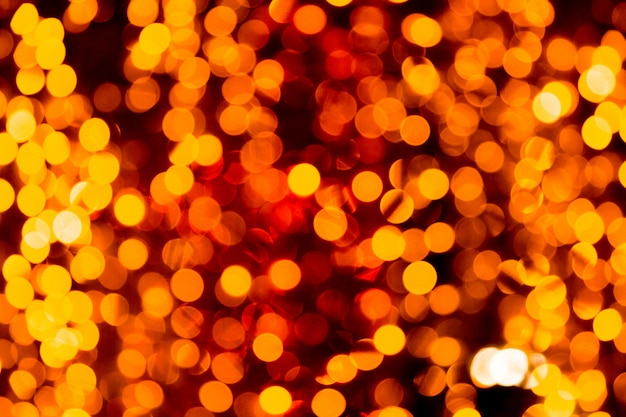 Festlicher abstrakter goldhintergrund mit dem bokeh defocused und verwischte viel rundes gelbes licht