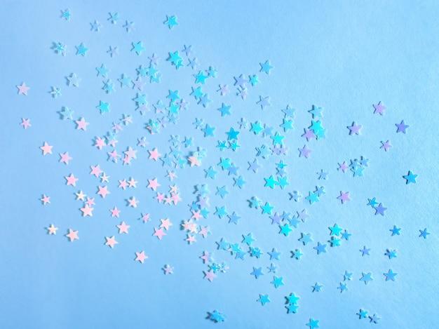 Festlicher blauer hintergrund mit sternen