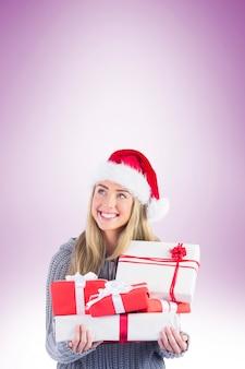 Festlicher blonder haltener stapel der geschenke