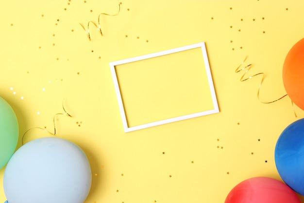 Festlicher geburtstagshintergrund auf farbigem hintergrund mit platz für text