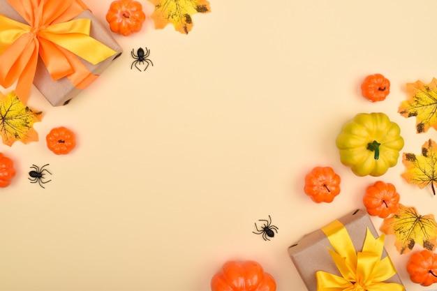Festlicher halloween-hintergrund mit geschenken, kürbissen und spinnen. ansicht von oben.