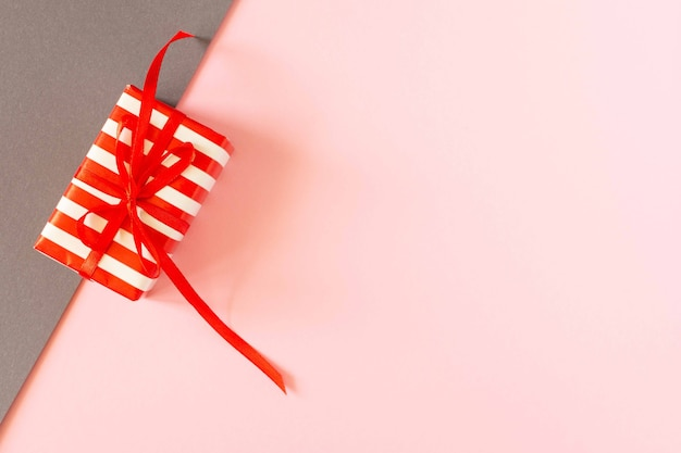 Festlicher heller bunter hintergrund, geschenk mit band und schleife auf farbigen papieren