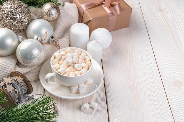Festlicher hintergrund mit kaffee weihnachtskugeln und kerzen