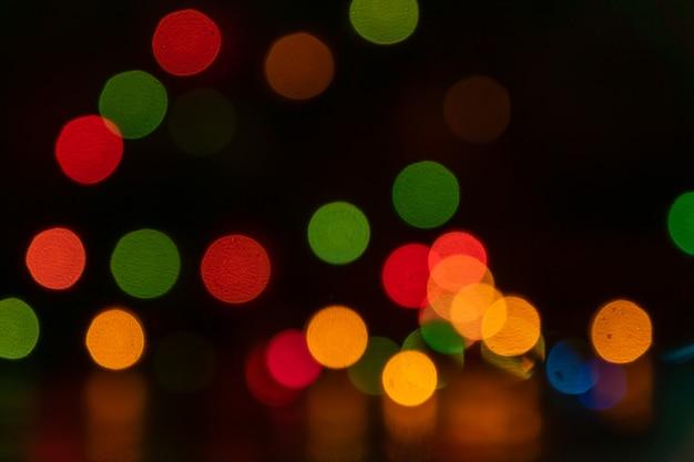 Festlicher mehrfarbiger bokehhintergrund. verschwommene lichter der led-girlande. speicherplatz kopieren.