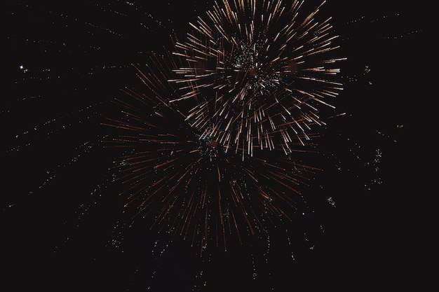 Festlicher mehrfarbiger gruß auf dem hintergrund der dunkle nächtliche himmel. gruß aus der pyrotechnik.
