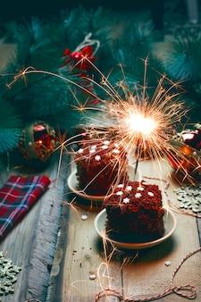 Festlicher nachtischgeburtstag oder valentine dayred samtkuchen mit feuerwerken