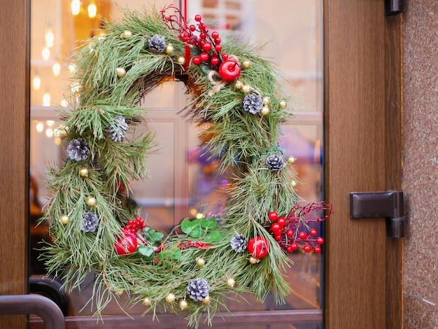 Festlicher neujahrskranz an der haustür des hauses