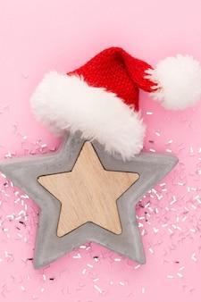 Festlicher pastellhintergrund. weihnachtssterne und glänzender glitzer auf pastellfarbenem hintergrund. weihnachten. hochzeit. geburtstag. valentinstag. flach liegen.