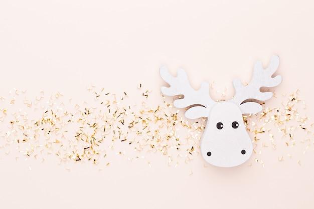 Festlicher pastellhintergrund. weihnachtssterne und glänzender glitzer, konfetti auf pastellhintergrund. weihnachten. hochzeit. geburtstag. valentinstag. flach liegen.