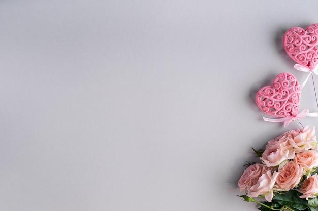 Festlicher rahmen mit rosa rosen auf einem grau