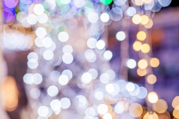 Festlicher unschärfehintergrund. zusammenfassung funkelte hellen hintergrund mit bokeh defokussierten goldenen lichtern.