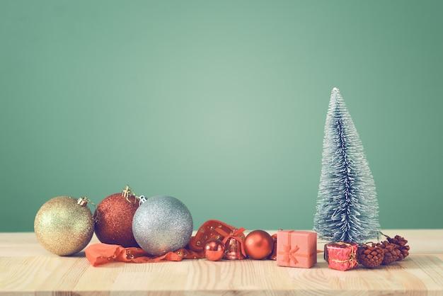 Festlicher weihnachtsbaum steht auf lichtbrettern.