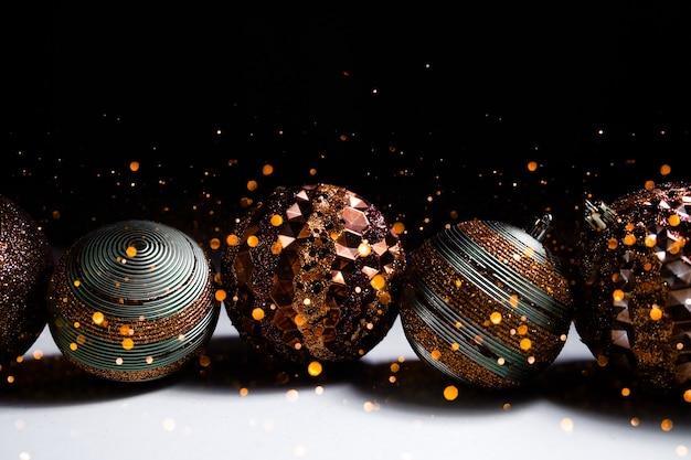 Festlicher weihnachtsbokeh beleuchtet hintergrund. frohe feiertage konzept.